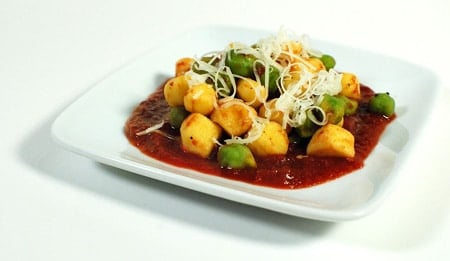 Semolina gnocchi with green chickpeas