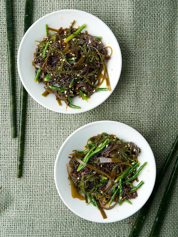 Two bowls of Japanese seaweed salad
