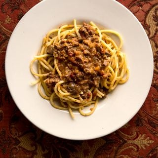 A plate of giblet bolognese with spaghetti.
