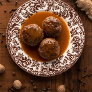 A plate of Norwegian meatballs with gravy